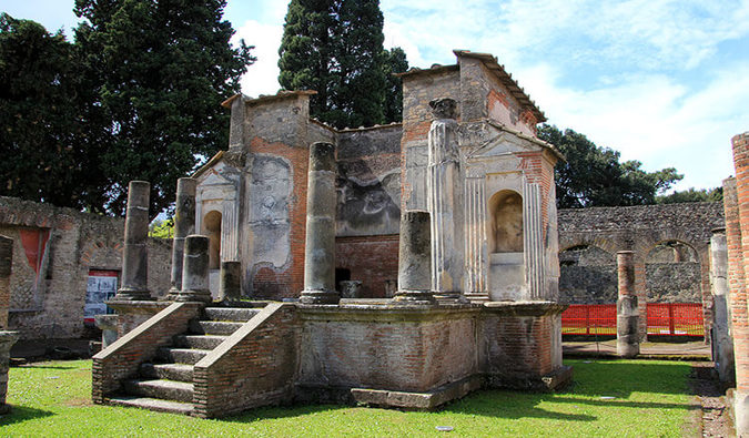 Travel Cheaply in Pompeii